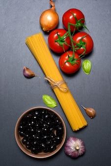 Bovenaanzicht: pasta of italiaanse spaghetti