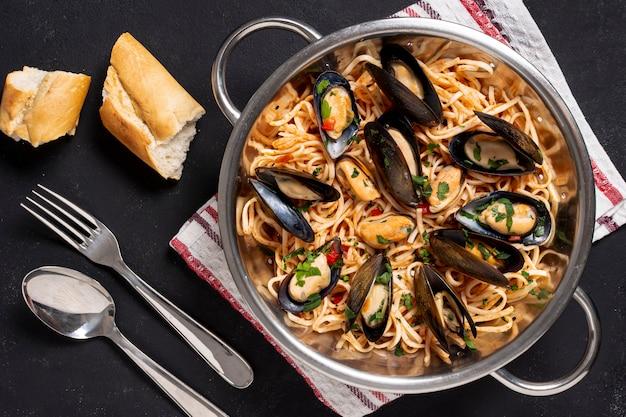 Bovenaanzicht pasta pan met mosselen