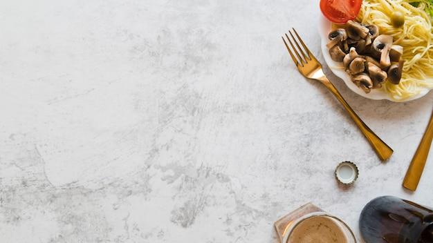 Bovenaanzicht pastaschotel op een hoek