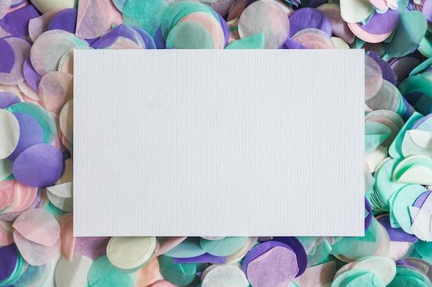 Bovenaanzicht pastel kleuren confetti met papier in het midden