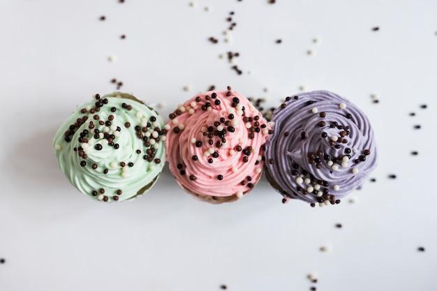 Bovenaanzicht pastel kleuren cupcakes met chocolade ballen