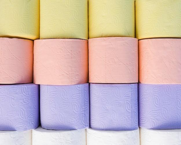 Bovenaanzicht pastelkleurig toiletpapier