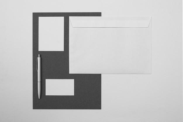 Bovenaanzicht pen en envelop arrangement
