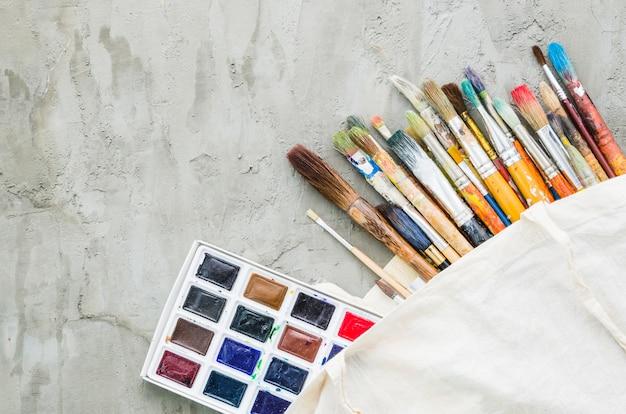 Bovenaanzicht penseel lijn met aquarel palet