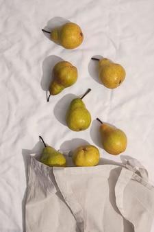 Bovenaanzicht peren arrangement met zak
