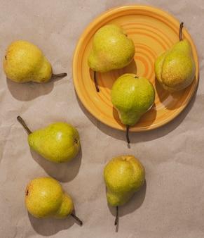 Bovenaanzicht peren en bord arrangement