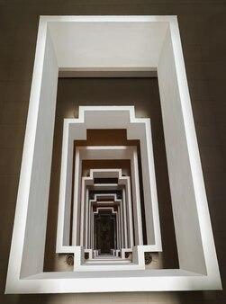 Bovenaanzicht perspectief van betonnen vierkante vorm van trap verticaal