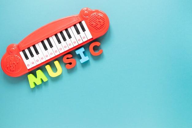 Bovenaanzicht piano speelgoed met blauwe achtergrond