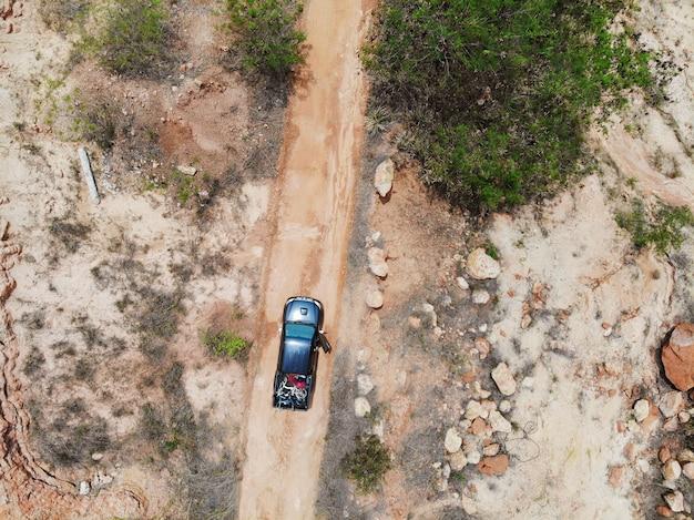 Bovenaanzicht pick-up truck off road met laadfiets