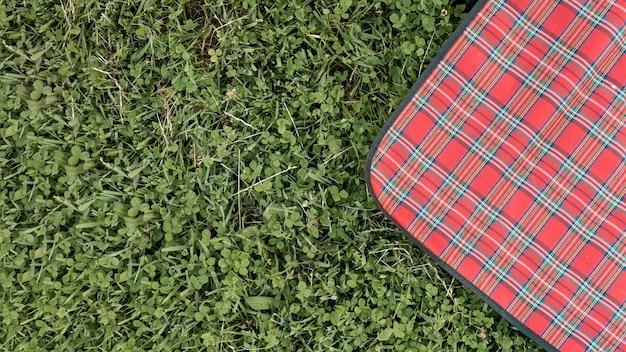 Bovenaanzicht picknickkleed op park gras