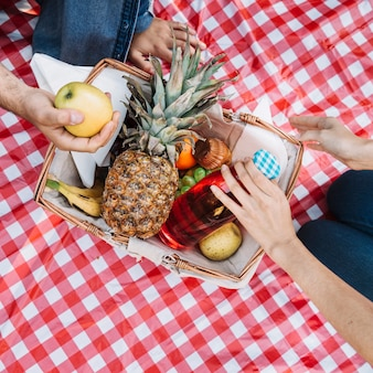 Bovenaanzicht picknickmand