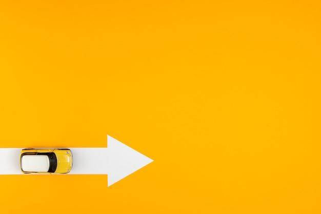 Bovenaanzicht pijl route voor auto bestemming