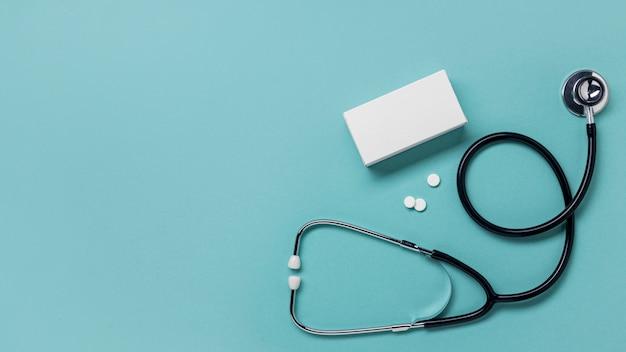 Bovenaanzicht pillen container en stethoscoop