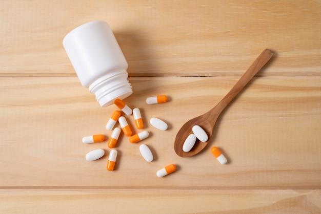 Bovenaanzicht pillen met container