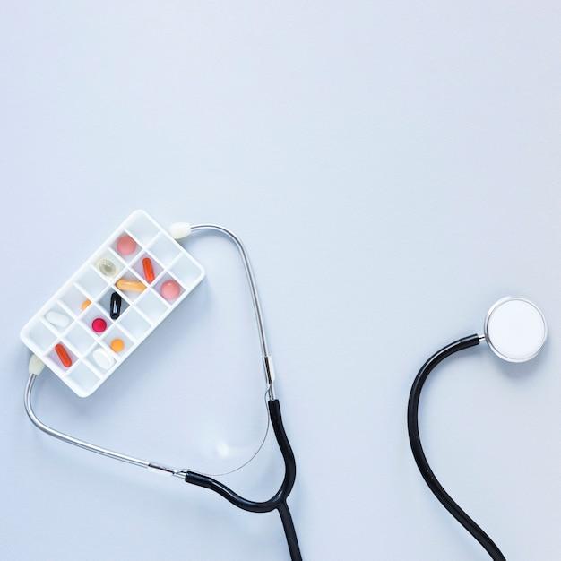 Bovenaanzicht pillendoosje met professionele stethoscoop
