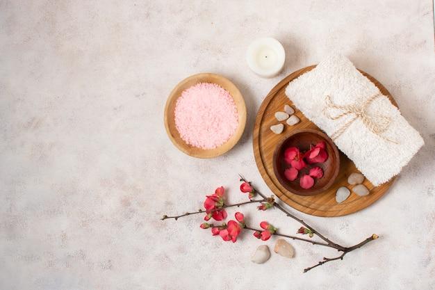 Bovenaanzicht pink spa arrangement met kopie-ruimte