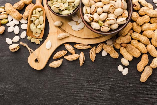 Bovenaanzicht pistache in kommen