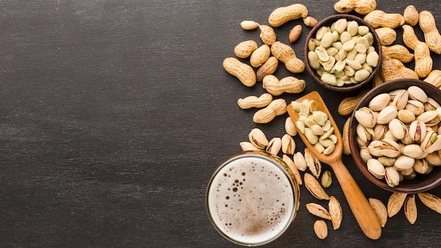 Bovenaanzicht pistache met bier