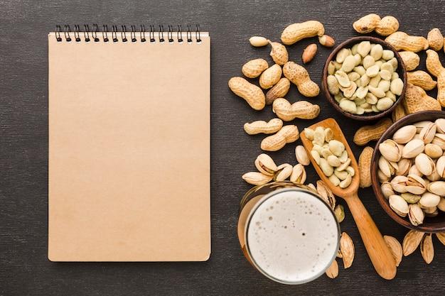Bovenaanzicht pistache met notitieblok