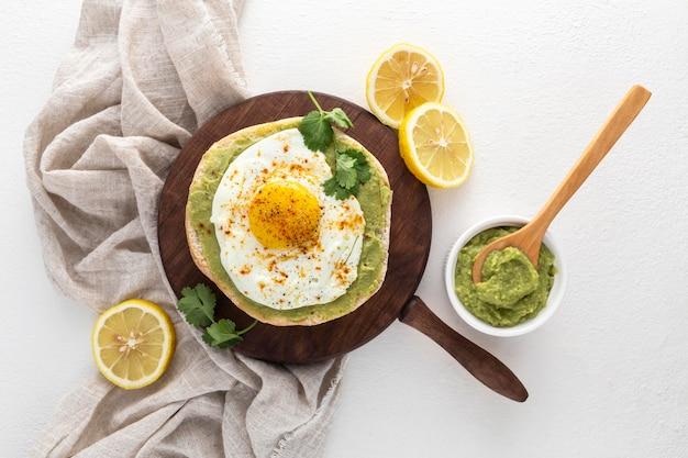 Bovenaanzicht pita met avocado-spread en gebakken ei