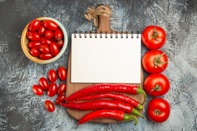 Bovenaanzicht pittige rode paprika's met verse tomaten