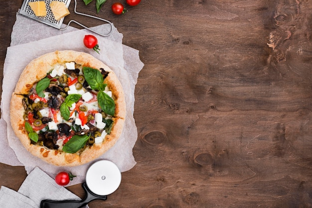 Bovenaanzicht pizza en snijder arrangement
