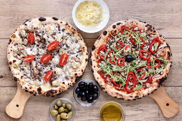 Bovenaanzicht pizza met champignons en tomaten