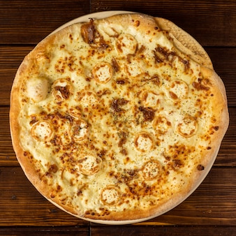 Bovenaanzicht pizza met kaas