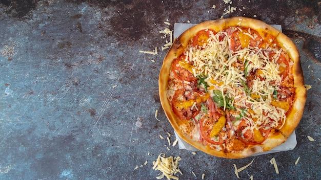 Bovenaanzicht pizza met kopie ruimte