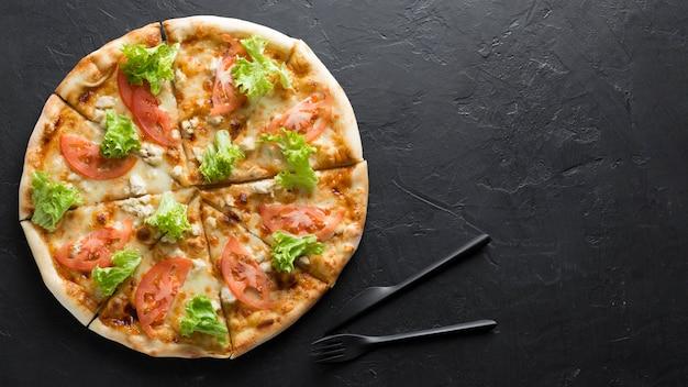Bovenaanzicht pizza met kopie-ruimte
