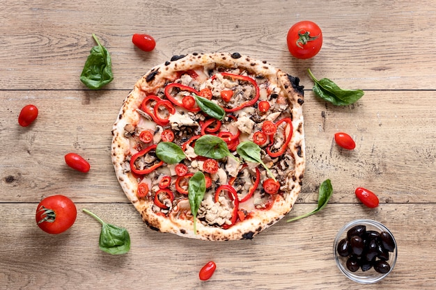 Bovenaanzicht pizza op houten achtergrond