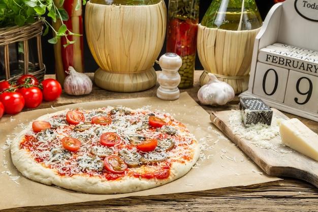 Bovenaanzicht pizza op tafel