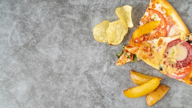 Bovenaanzicht pizza plakjes met kopie ruimte