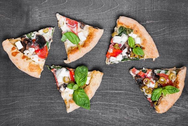 Bovenaanzicht pizza plakjes samenstelling