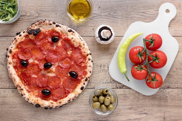 Bovenaanzicht pizzadeeg met pepperoni