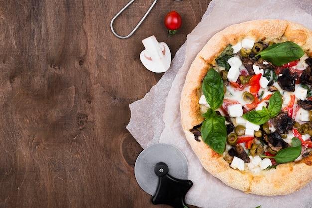 Bovenaanzicht pizzaframe met kopie-ruimte