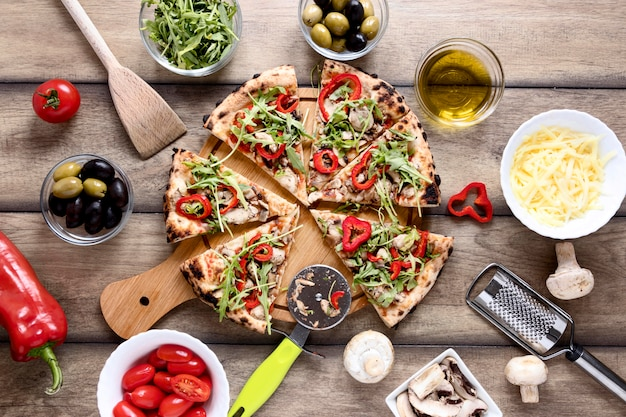 Bovenaanzicht pizzapunten met toppings