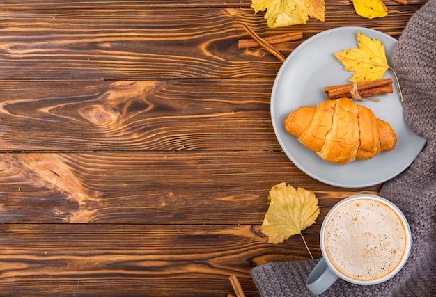 Bovenaanzicht plaat met croissant en koffie kopie ruimte