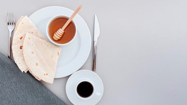Bovenaanzicht plaat met honing en tortilla