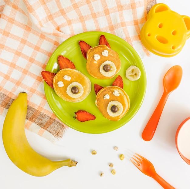 Bovenaanzicht plaat met pannenkoeken en aardbeien
