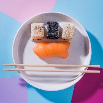 Bovenaanzicht plaat met sushi rollen