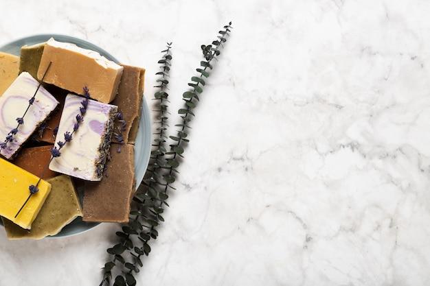 Bovenaanzicht plaat met verschillende zeep en lavendel