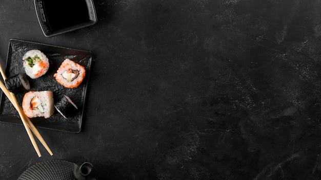 Bovenaanzicht plaat met verse sushi broodjes met kopie-ruimte