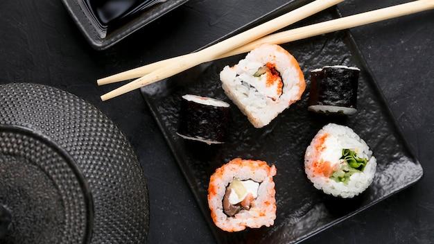 Bovenaanzicht plaat met verse sushi