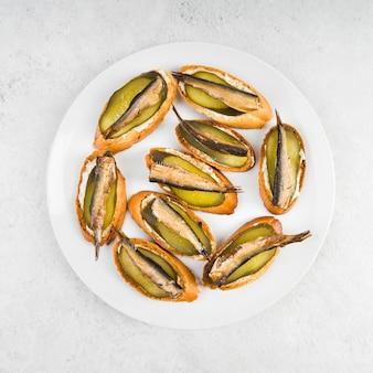 Bovenaanzicht plaat met vis bruschettas