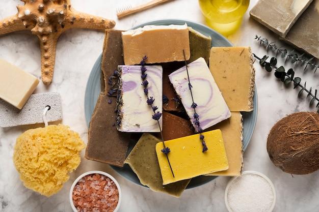Bovenaanzicht plaat met zeep en cosmetische producten