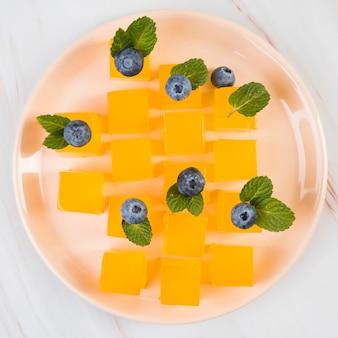 Bovenaanzicht plaat met zoete dessert