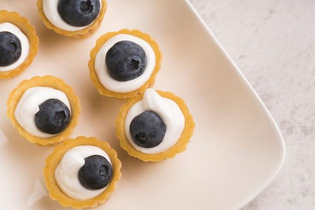 Bovenaanzicht plaat met zoete muffins