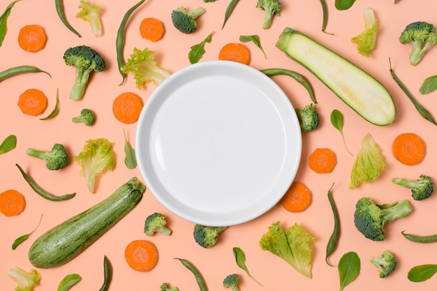 Bovenaanzicht plaat omgeven door groenten