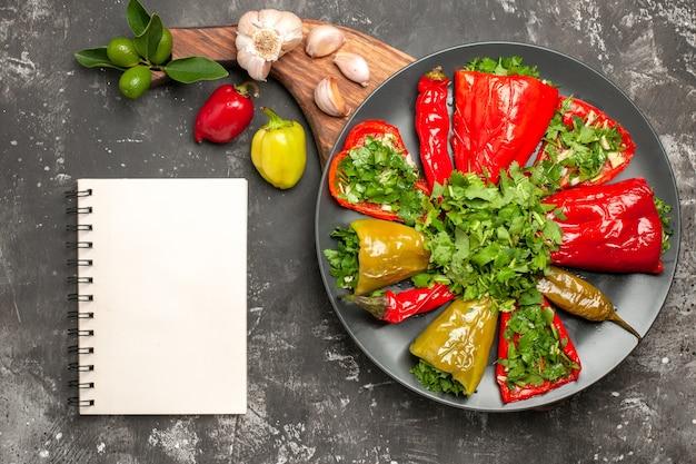 Bovenaanzicht plaat van paprika plaat van paprika knoflook paprika op het bord witte notebook